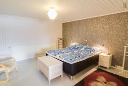 Alakerran makuuhuoneessa on maalattu puulattia