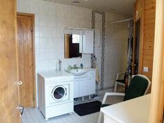 Pesuhuoneessa tilaa pyykinpesukoneelle