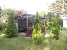 Sisäpihalla oleva terassikatos