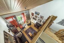 Näkymä ylätasanteelta olohuoneeseen ja portaikkoon.