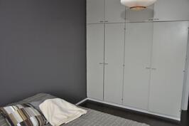 Makuuhuone  ja kaapistot