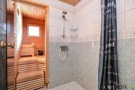 Kylpyhuone on vaalean raikas.