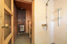 Alakerran kph ja sauna ja yläkerrassa toinen kph ja erillinen wc
