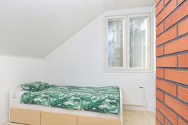 Yksi yläkerran makuuhuone