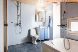 Yläkerran saunaosastolla on myös amme rentouttaviin kylpyihin.