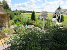 Takapihan pation jatkeena on taidokkaat kukkaistutukset portaineen ja vesialtaineen!