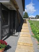 ... etupihalta kulkee huolitellusti portaat molemmin puolin talon päätyä takapihan patiolle!