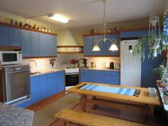 Talon kodikkaassa 2000-luvun keittiössä mm. runkoineen uusitut kauniit peiliovikaapistot!