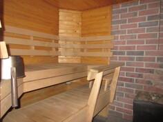 ... talon I-kerroksen 2000-luvun saunassa mainio puulämmitteinen kiuas!