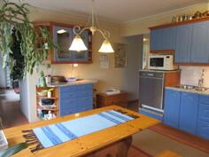 Lisäkuvaa tilavasta 2000-luvun keittiöstä, jossa mm. hyvät keittiökoneet ja ...