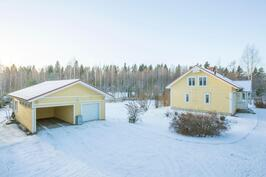 Talo, talli ja pihapiiriä