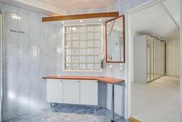 Kylpyhuoneessa säilytystilaa