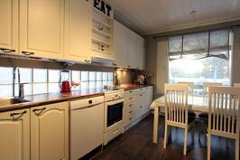 Keittiön välitilassa lasitiili-ikkunaa koko leveydeltä