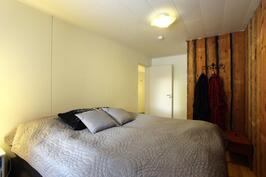 Alakerran 2.makuuhuoneessa honkalankkusomisteseinä