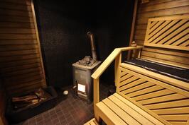 Puulämmitteinen tilava sauna