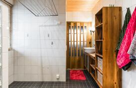 Kylpyhuoneessa hyvät tilat pyykkihuoltoon ja wc-tilat.