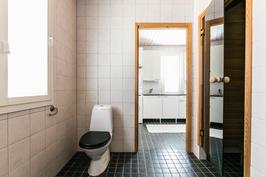 Kylpyhuoneessa myös wc-istuin
