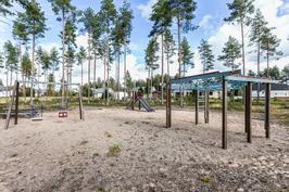 Vieressä lasten leikkipuisto
