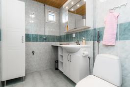 laatoitettu pesuhuone, jossa allasaapistot ja paikka pesukoeelle