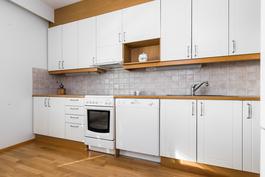 keittiössä runsaasti kaapistoja ja työpöytätilaa