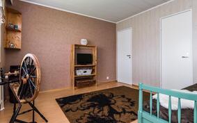 Makuuhuoneen yhteydessä on tilava vaatehuone..