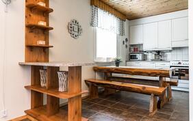 Keittiön ja olohuoneen väliin on rakennettu toimiva saareke tilanjakajaksi..