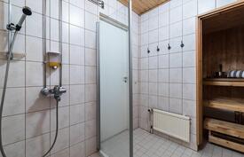 .. sekä 2011 täysin remontoitu vaalean sävyinen ja tilava kylpyhuone..