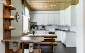 Kodin vaalean sävyinen keittiö on uusittu 2005..