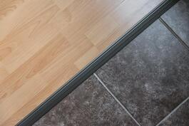 Kodissa on uusittu tyylikkäät laatta/laminaattilattiat vuonna 2007..