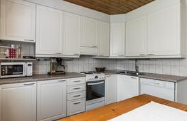 Keittiössä on runsaasti kaapistoja, sekä työskentelytilaa..