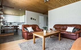 Eteisesetä avautuu käynti kodin avariin oleskelutiloihin jossa keittiö ja olohuone ovat yhtä suurta tilaa..