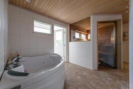 Poreamme kylpyhuoneessa, josta käynti parvekkeelle