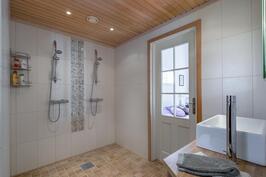Kahden suihkun kylpyhuone