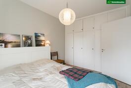Makuuhuone, alkuperäiset 50-luvun kaapiston ovet säilytetty
