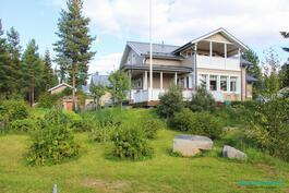 Kesäinen kuva talosta