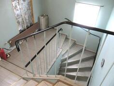 portaikko yläkerran huoneisiin ja ullakolle