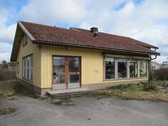 talossa aikaisemmin pankki- ja postitilat sekä asuintilat