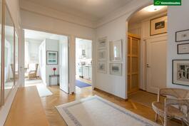 Sisäänkäynti keittiöön ja makuuhuoneeseen päin katsottuna.
