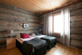 Edustava makuuhuone oleskelukerroksessa