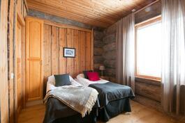 Toinen edustava  makuuhuone oleskelukerroksessa
