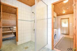 Kodinhoitohuoneen yhteydessä on kylpyhuone.