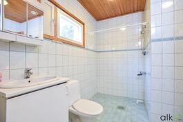 Tilavassa kylpyhuoneessa vaalea värimaailma.