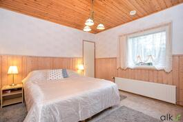 Olohuoneen takaa löytyy upea ja rauhallinen päämakuuhuone.