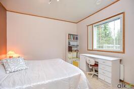 Makuuhuoneeseen tulee luonnonvaloa suuresta ikkunasta
