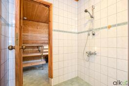 Kylpyhuoneesta on käynti saunaan