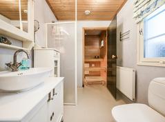 Yläkerran kylpyhuone / Badrum på övre våningen