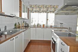 keittiössä on Puustellin kaapistot