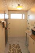 Kylpyhuoneen yhteydessä on sauna.