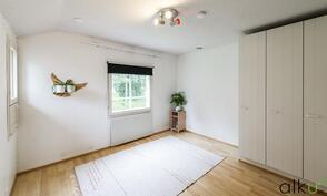 Yläkerran makuuhuoneet ovat valoisat ja tilavat.