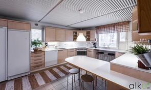 Kodin valoisassa ja tilavassa keittiössä on hyvin säilytys- sekä laskutilaa.